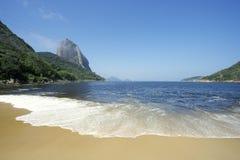 糖面包山里约热内卢巴西海滩视图  免版税库存图片