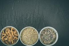 糙米五谷、种子和整个五谷面团在碗 健康的食物 写的空间 库存照片
