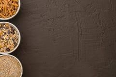 糙米五谷、种子和整个五谷面团在碗 健康的食物 写的空间 免版税库存图片