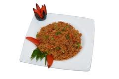 糙米和开胃菜在白色板材 免版税库存图片