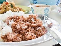 糙米并且告诉了Unpolished Rice 库存照片