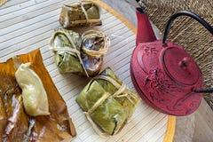 糯米米糕和茶罐 免版税图库摄影