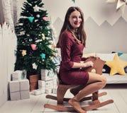 系列愉快爱 玩具马的一个女孩 库存照片