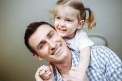 系列愉快爱 生和拥抱他的女儿儿童的女孩使用和 浅深度的域 库存图片