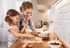系列愉快的厨房 母亲和儿童女儿烘烤曲奇饼 库存照片