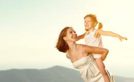 系列愉快的户外夏天 母亲拥抱儿童的女儿 库存照片