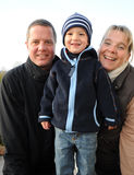 系列照片-与两岁的儿子的父项- 免版税图库摄影