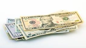 系列美国金钱5,10, 20, 50,在白色背景裁减路线的新的100美金 堆美国钞票 图库摄影