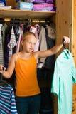 系列-在她的壁橱或衣橱前面的子项 免版税库存图片