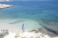 系列-岩石海滩的人 库存图片
