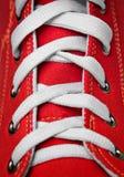 系带老红色鞋子的被塑造的体操 免版税库存照片