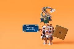 系统安全概念 与cpu微集成电路盾和蓝色板材警告板消息的抽象机器人卫兵在手中 橙色bac 库存图片