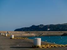 系船柱和链子在港口 免版税库存照片