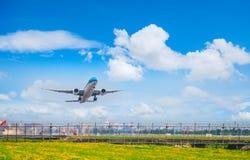 素万那普Airpoart,泰国- 3月18 :着陆飞机在 图库摄影