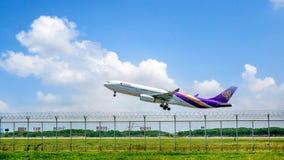 素万那普Airpoart,泰国- 3月18 :着陆飞机在 库存照片
