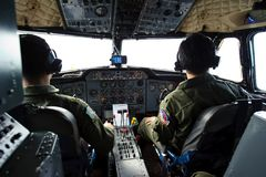素叻他尼,泰国- 2011年1月12日:泰国皇家空军叫卖小贩在飞行中西德利HS748驾驶舱 库存图片