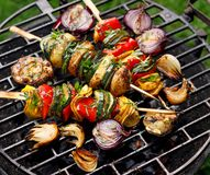 素食串、夏南瓜烤菜串,胡椒和土豆增加芳香草本和橄榄油 库存照片