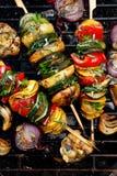 素食串、夏南瓜烤菜串,胡椒和土豆增加芳香草本和橄榄油 免版税库存图片