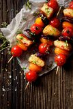 素食串用halloumi乳酪、西红柿、红洋葱和新鲜的草本 免版税库存图片