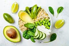 素食主义者、戒毒所绿色菩萨碗食谱用奎奴亚藜,黄瓜、硬花甘蓝、芦笋和香豌豆花 库存图片