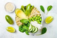 素食主义者、戒毒所绿色菩萨碗食谱用奎奴亚藜,黄瓜、硬花甘蓝、芦笋和香豌豆花 免版税库存图片