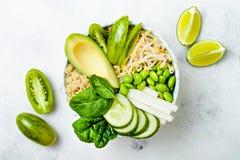素食主义者、戒毒所绿色菩萨碗食谱用奎奴亚藜,黄瓜、硬花甘蓝、芦笋和香豌豆花 免版税图库摄影