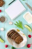 素食主义者三明治的成份用乳脂干酪,新鲜的黄瓜、萝卜和chia种子在薄荷的木背景 免版税图库摄影