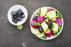 素食主义者力量碗 菜结果实一顿健康快餐的绿叶蔬菜 顶视图 免版税库存照片