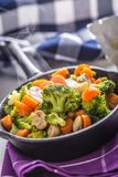 素食主义者平底锅 素食食物-硬花甘蓝红萝卜蘑菇盐溶在黄油的胡椒 库存图片