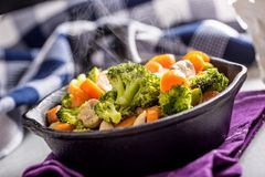 素食主义者平底锅 素食食物-硬花甘蓝红萝卜蘑菇盐溶在黄油的胡椒 免版税库存图片