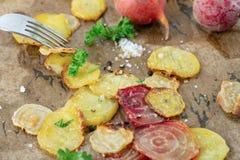 素食主义者有机烤箱烘烤了切的甜菜 库存图片