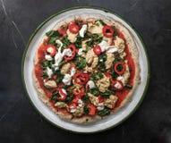 素食主义者比萨用胡椒和腰果乳酪调味料 库存照片