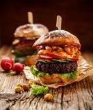 素食主义者汉堡、甜菜根汉堡、自创汉堡用甜菜根炸肉排,烤胡椒、夏南瓜、萝卜、莴苣和咖喱汁  库存照片