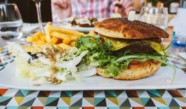 素食主义者汉堡在餐馆 图库摄影