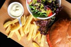素食主义者汉堡用沙拉和薯条 免版税库存图片