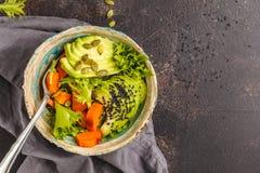 素食主义者沙拉、彩虹碗用被烘烤的白薯和鲕梨, t 图库摄影
