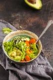 素食主义者沙拉、彩虹碗用被烘烤的白薯和鲕梨 H 库存照片