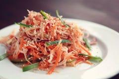 素食主义者沙拉用红萝卜和萝卜 亚洲烹调 图库摄影
