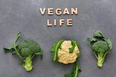 素食主义者生活 新鲜的硬花甘蓝和花椰菜在灰色背景 库存照片