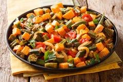 素食主义者秋葵的菜单炖煮的食物,白薯,蕃茄,葱和 免版税图库摄影