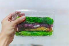 素食主义者素食鲜美甜快餐:五颜六色,各种各样的风味芋头,pandan,南瓜,香蕉Roti在transpare的芝麻卷 库存照片