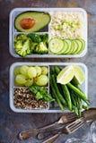 素食主义者绿色膳食预习功课容器用米和菜 免版税库存图片