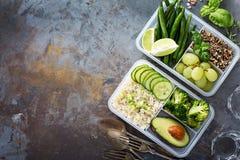 素食主义者绿色膳食预习功课容器用米和菜 库存图片