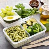素食主义者膳食有面团和菜的预习功课容器 免版税库存照片