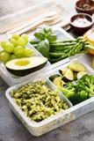 素食主义者膳食有面团和菜的预习功课容器 库存图片