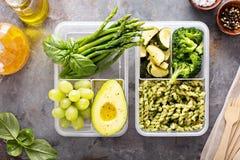 素食主义者膳食有面团和菜的预习功课容器 图库摄影