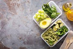 素食主义者膳食有面团和菜的预习功课容器 库存照片