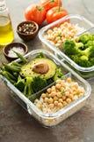 素食主义者膳食预习功课容器用煮熟的米和鸡豆 免版税库存图片