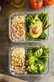 素食主义者膳食预习功课容器用煮熟的米和鸡豆 免版税库存照片