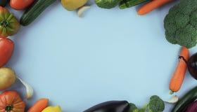 素食主义者食物和盘 在蓝色背景的菜与拷贝sp 免版税库存图片